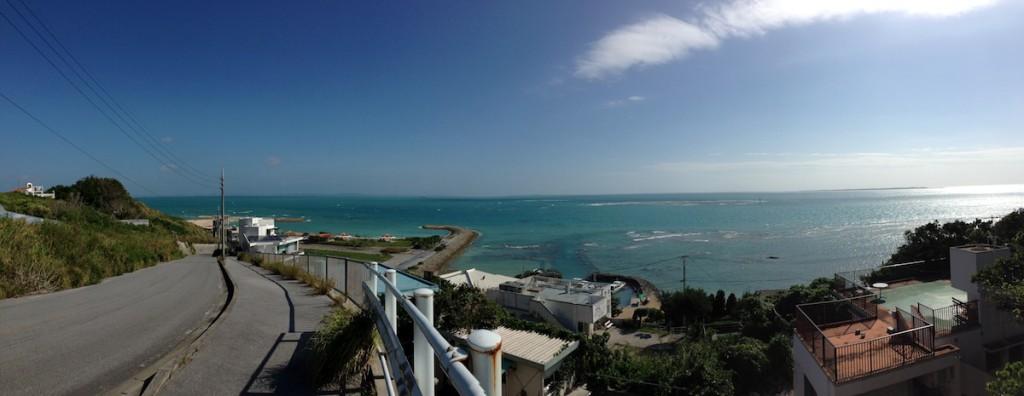 このときに撮影した写真。知念岬、さんさんビーチ入口より。